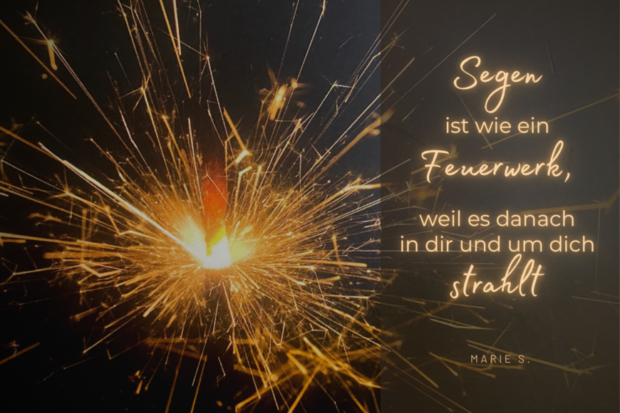 Eine brennende Wunderkerze. Der Schriftzug: Segen ist wie ein Feuerwerk, weil es danach in Dir und um Dich strahlt - Copyright: Inga Meißner