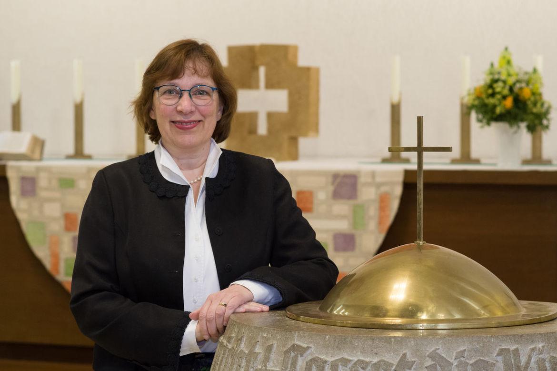 Pastorin Constanze Oldendorf am Taufbecken der Lutherkirche - Copyright: Karen Meyer-Rebentisch