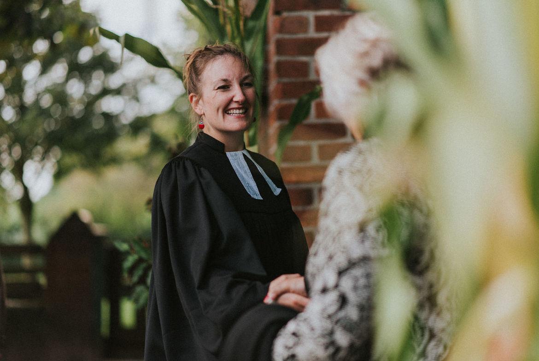 Jennifer Rath, die Talar trägt und lacht - Copyright: Franzi Schädel