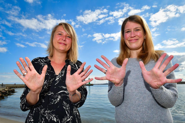 Inga Meißner und Sarah Stützinger mit segnenden Händen  - Copyright: Modrow