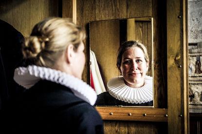 Pastorin Inga Meißner im Lübecker Ornat, die in einen Spiegel schaut - Copyright: Thorsten Wulff