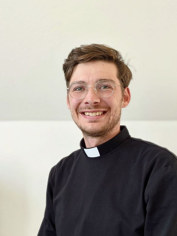Pastor Jaan Thiesen. Ein Mann Anfang dreißig. Er trägt ein Kollarhemd. - Copyright: Jaan Thiesen