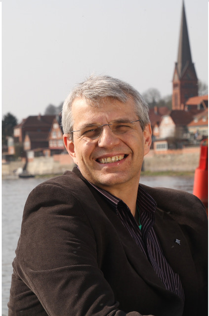 Ein Mann Mitte 50, Philip Graffam, im Hintergrund die Maria-Magdalenen-Kirche, Lauenburg - Copyright: Philip Graffam privat