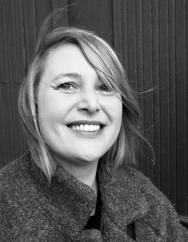 Pastorin Sarah Stützinger von der Servicestelle segensreich in schwarz/weiß - Copyright: Lars Timm