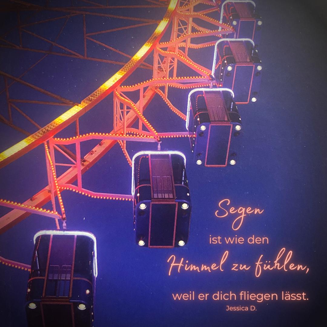Ein beleuchtetes Riesenrad, der Schriftzug: Segen ist wie den Himmel zu fühlen weil er dich fliegen lässt - Copyright: Inga Meißner