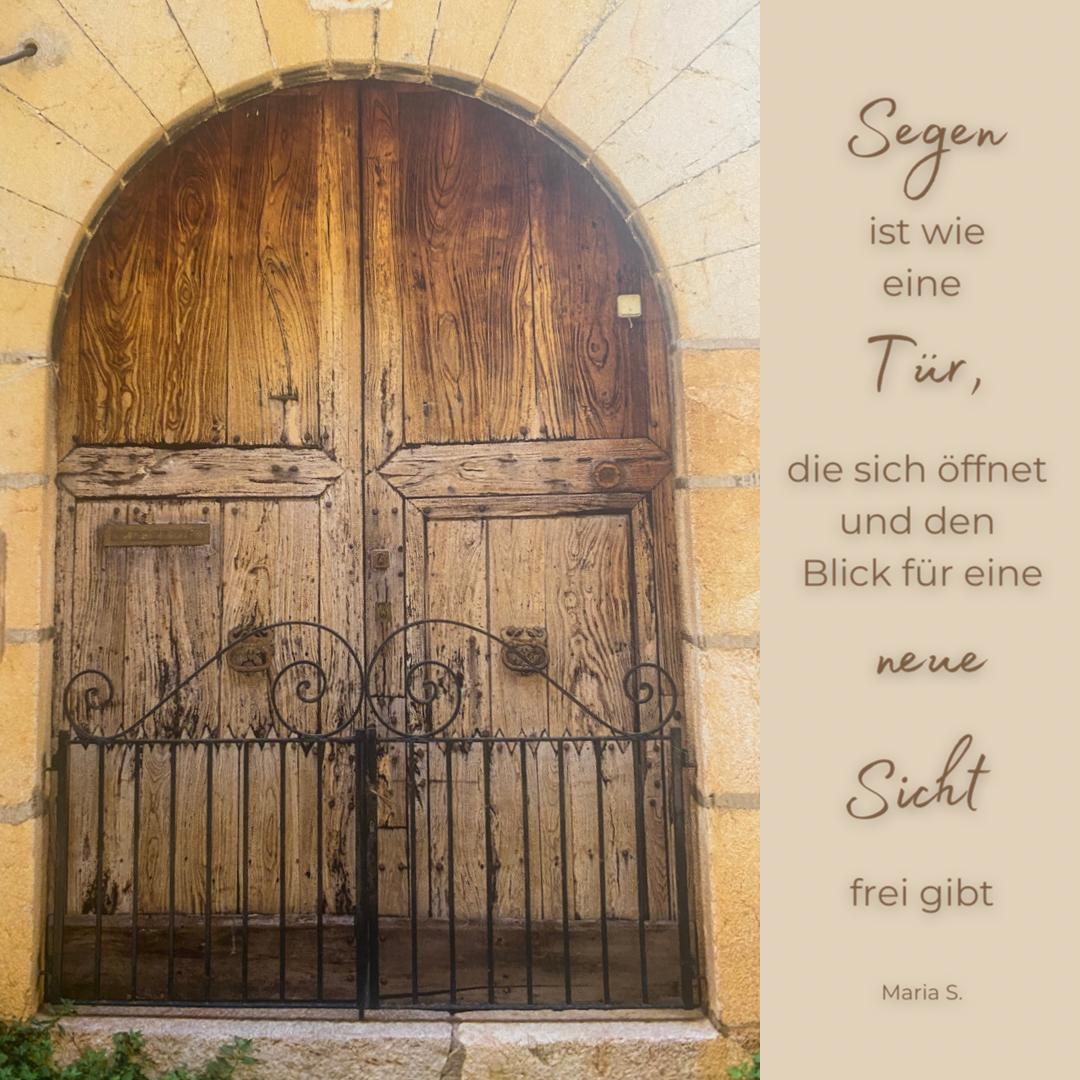 Eine sehr alte zweiflüglige Tür. Der Schriftzug: Segen ist wie eine Tür, die sich öffnet und den Blick für eine neue Sicht frei gibt. - Copyright: Inga Meißner
