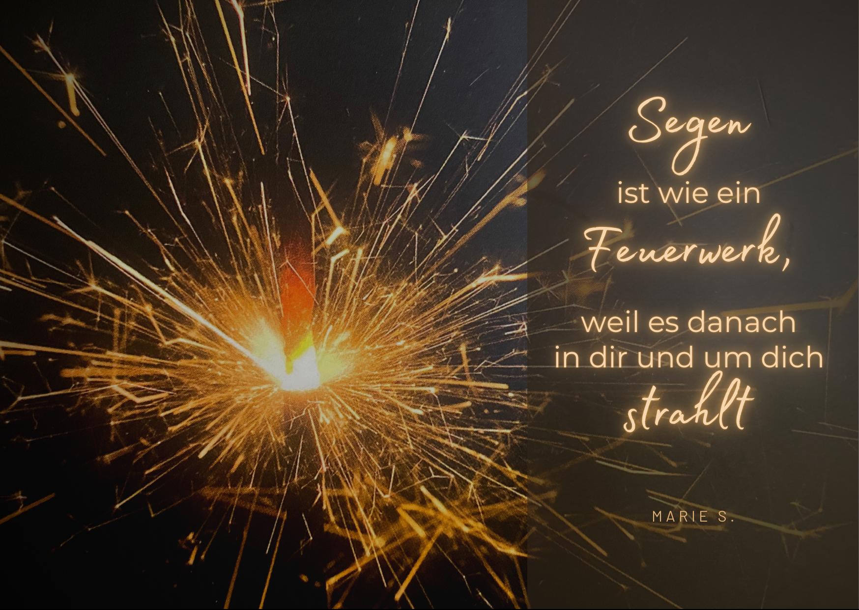 Eine brennende Wunderkerze. Der Schriftzug: Segen ist wie ein Feuerwerk, weil es danach in Dir und um Dich strahlt